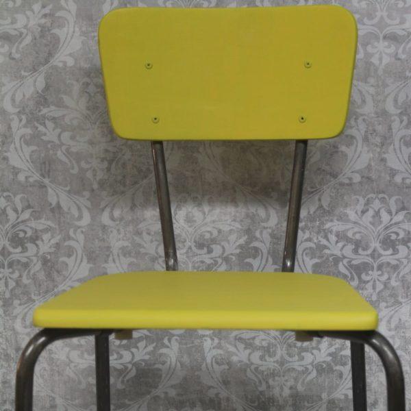 Vaalean keltaisella kalkkimaalilla maalattu koulutuoli