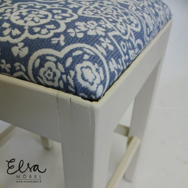 Kulma kunnostetusta jakkarasta joka on maalattu Vintage Cream sävyllä ja istuin verhoiltu sinisellä verhoilukankaalla Annalasta