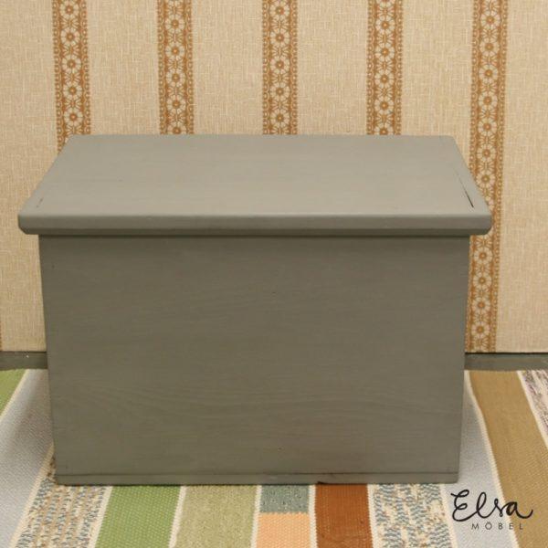 Vanha apteekinarkku maalattu Warm Grey kalkkimaalila, seisoo värikkäällä räsymatolla ja beige ruskea raita tapetti taustalla