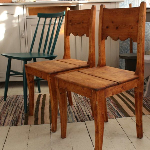Tuolit ovat aavistuksen matalempia kuin normaalikokoinen pinnatuoli