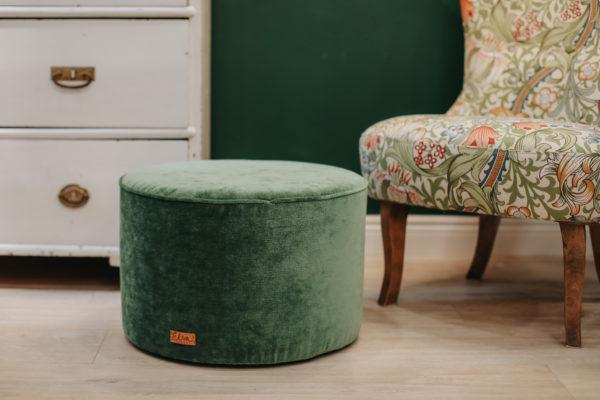 Vacker sammetsgrön sittpuff med emmastol klädd med William Morris Golden Lily möbeltyg