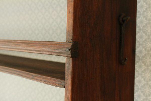 gammal smidd krok för upphängning av tallrikshylla
