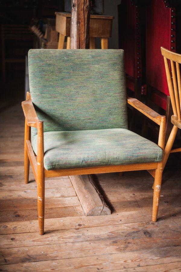 Retro nojatuoli odottaa kunnostusta ja uutta verhoilukangasta