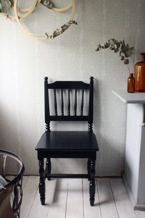 Klassisk svart pinnstol
