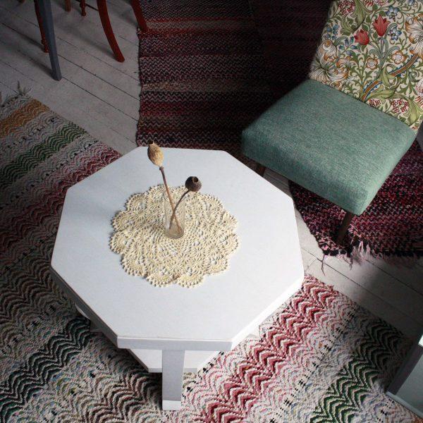 Soffbord på färgglada mattor