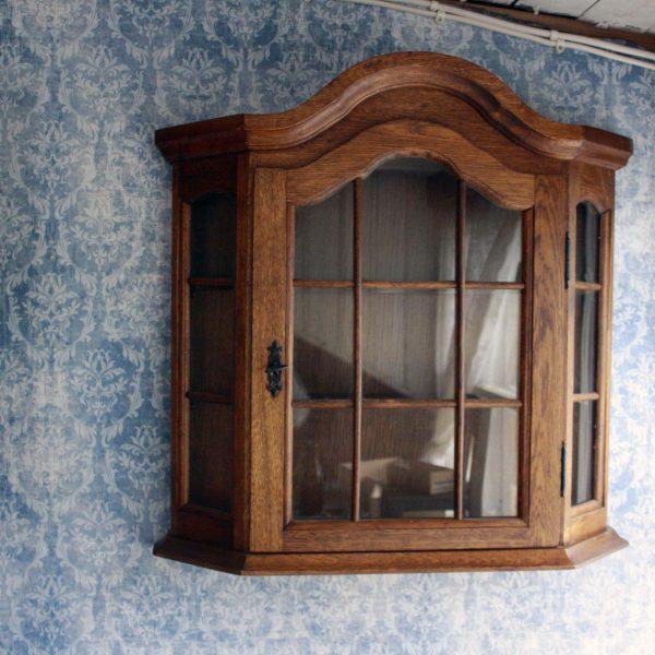 Antikt väggskåp