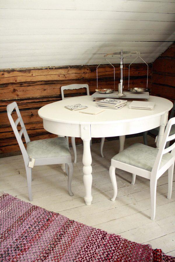 ovalt bord med saker ovanpå