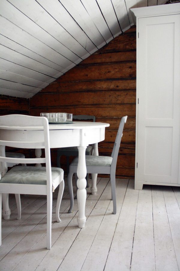 ovalt bord med stolar