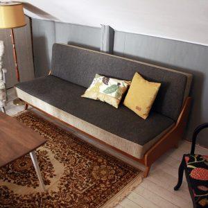 grå soffa med kuddar