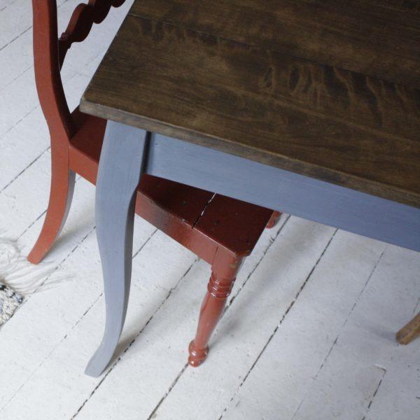 ruskea pöydänkansi ja tummanharmaa jalat