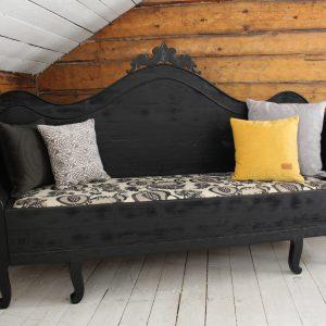 Iso musta sohva
