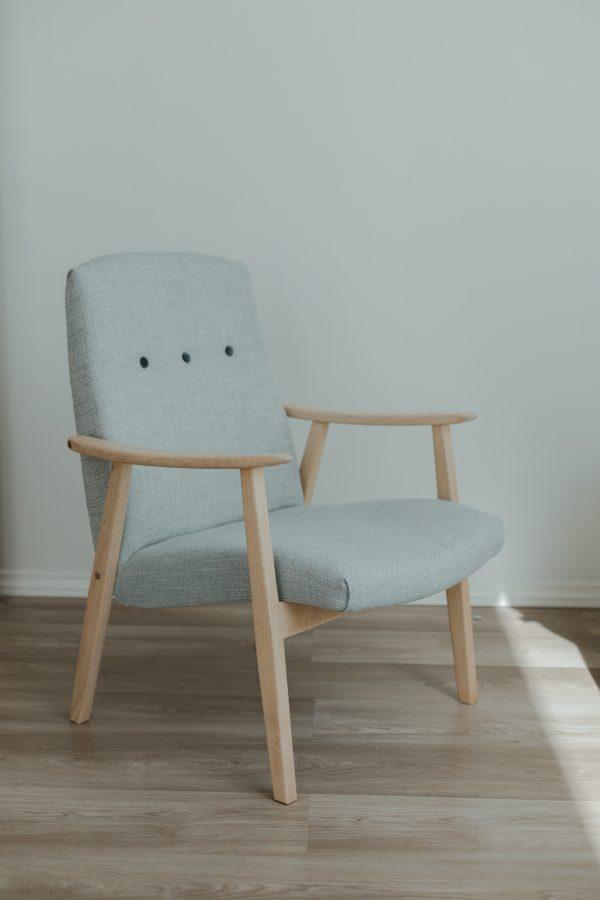 Tyylikäs vanha Asko nojatuoli vaalean harmaassa aurinkoisessa huoneessa